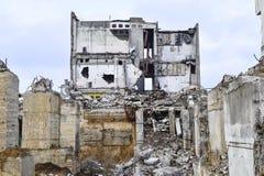 被毁坏的工厂厂房的遗骸 具体射线一个大大厦的骨骼  图库摄影