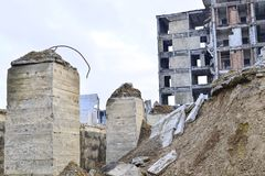 被毁坏的工厂厂房的遗骸 具体射线一个大大厦的骨骼  库存图片