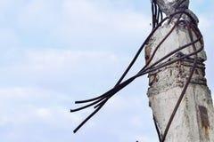 被毁坏的工厂厂房的遗骸 具体射线片断与钢筋的查寻对天空 免版税图库摄影