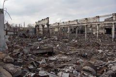被毁坏的工厂厂房,可以使用作为战争、炸弹、恐怖袭击、地震或者其他自然灾害概念 库存照片