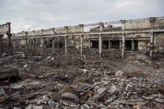 被毁坏的工厂厂房,可以使用当爆破、战争、炸弹、恐怖袭击、地震或者灾害概念 免版税库存照片