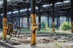 被毁坏的工厂大厅在一家被放弃的工厂 免版税库存图片