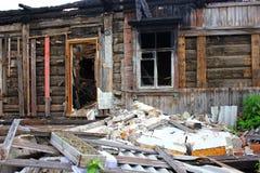 被毁坏的战争,烧在木房子下,烧焦了墙壁, 图库摄影
