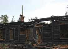 被毁坏的战争,烧在木房子下,烧焦了墙壁 免版税库存照片