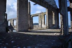 被毁坏的房子在一个晴天 图库摄影