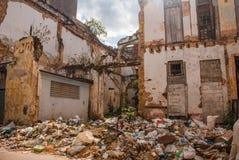 被毁坏的房子的墙壁和在地面上的很多垃圾在街道上 哈瓦那 古巴 免版税库存图片