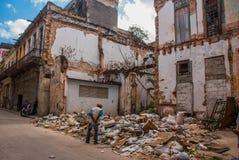 被毁坏的房子的墙壁和在地面上的很多垃圾在街道上 哈瓦那 古巴 库存照片