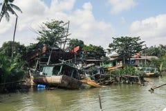 被毁坏的摒弃渔夫小船在河沿a附近搁浅了 免版税图库摄影