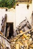 被毁坏的木大厦 库存图片