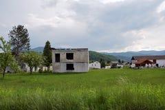 被毁坏的未完成的房子结构的图象在乡村区域 库存照片