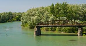 被毁坏的桥梁和河是Prut 库存照片