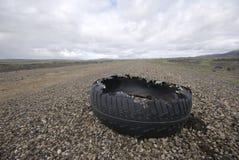被毁坏的橡胶轮胎 库存照片