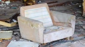被毁坏的沙发链子在Pripyat鬼城放弃了办公室切尔诺贝利区域 股票录像