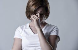 被毁坏的沮丧的在悲伤情感的妇女哭泣的哀伤的感觉疼的遭受的消沉 图库摄影