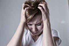 被毁坏的沮丧的在悲伤情感的妇女哭泣的哀伤的感觉疼的遭受的消沉 免版税库存照片