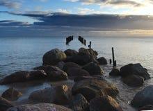 被毁坏的海湾拉脱维亚老里加码头 免版税库存照片
