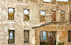 被毁坏的混凝土建筑墙壁 库存图片