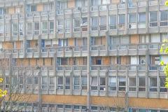 被毁坏的理事会公寓住房块,罗宾汉庭院 图库摄影