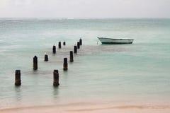 被毁坏的码头、小船和海洋支持  Anse de Sent的An, Pointe-a-Pitre,瓜德罗普 免版税库存图片