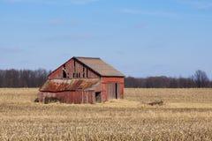 被毁坏的红色谷仓 库存图片
