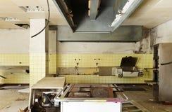被毁坏的老厨房 库存图片