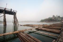 被毁坏的老在Sangklaburi,北碧的一个长的木桥 免版税库存图片