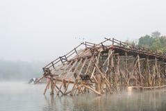被毁坏的老在Sangklaburi,北碧的一个长的木桥 免版税库存照片