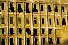 被毁坏的老工厂墙壁 免版税库存照片