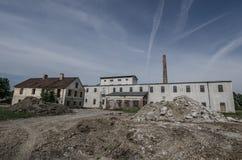 被毁坏的老工厂 免版税库存图片