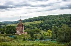 被毁坏的老教会和公墓 图库摄影