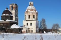 被毁坏的老教会在俄罗斯的北部的一个村庄 在俄罗斯的北部毁坏那里,被放弃的教会 那里 免版税库存图片
