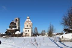 被毁坏的老教会在俄罗斯的北部的一个村庄 免版税库存图片