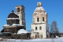 被毁坏的老教会在俄罗斯的北部的一个村庄 库存照片