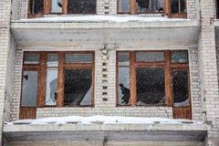 被毁坏的被放弃的房子,冬天残破的窗口  免版税图库摄影