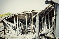 被毁坏的超级市场放火调查保险被烧的损坏的废墟  库存照片