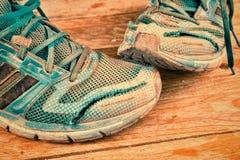 被毁坏的运动鞋静物画 免版税库存照片