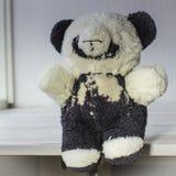 被毁坏的长毛绒熊猫玩具 免版税库存图片