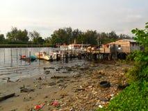 被污染的河和小船船坞在米里沙捞越 库存照片