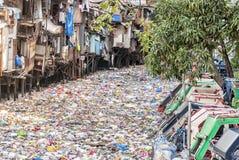 被污染的都市河 免版税库存图片