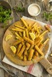 被油炸的炸鱼排用炸薯条 免版税库存图片