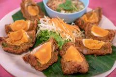 被油炸的盐味的蛋蛋糕,泰国食物,在专辑的盐味的鸡蛋 免版税库存图片