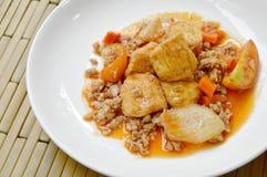 被油炸的蛋豆腐用在糖醋小汤调味汁的剁碎的猪肉在板材 免版税库存图片