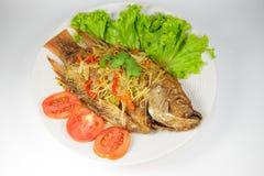 被油炸的鱼用在白色盘的甜辣味番茄酱 免版税库存照片