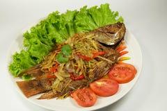 被油炸的鱼用在白色盘的甜辣味番茄酱 免版税图库摄影