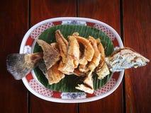 被油炸的鲈鱼用鱼子酱是泰国食物菜单 库存图片