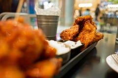 被油炸的鸡用在韩国样式服务的蒜酱油用米和烂醉如泥的萝卜在黑桌上 库存照片