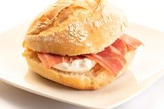 被治疗的火腿用新鲜的干酪三明治 库存照片