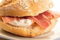 被治疗的火腿用新鲜的干酪三明治 免版税库存照片