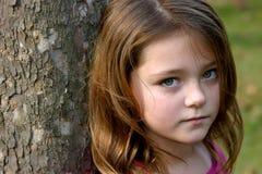 被注视的女孩绿色 库存照片