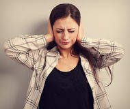 被注重的不快乐的女商人关闭了耳朵手,因为没有 图库摄影